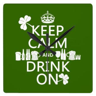 Behalten Sie Ruhe und trinken Sie auf (irische St. Quadratische Wanduhr