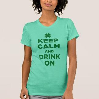 Behalten Sie Ruhe und trinken Sie auf Kleeblatt-T T-Shirt