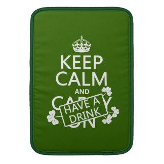 Behalten Sie Ruhe und trinken Sie etwas (irisch) MacBook Sleeve