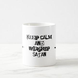 Behalten Sie Ruhe und trinken Sie mit satan Kaffeetasse