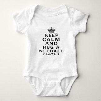 Behalten Sie Ruhe und umarmen Sie einen Baby Strampler