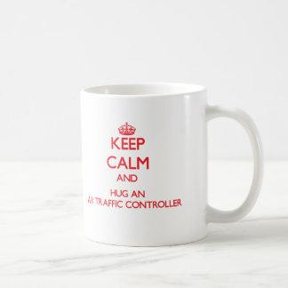 Behalten Sie Ruhe und umarmen Sie einen Fluglotsen Teetassen
