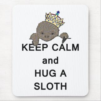 Behalten Sie Ruhe und umarmen Sie einen Sloth mit Mauspad
