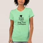 Behalten Sie Ruhe und umarmen Sie Ihr Cockapoo T-Shirts