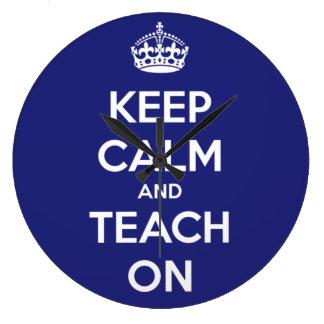 Behalten Sie Ruhe und unterrichten Sie auf Blau Große Wanduhr