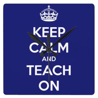 Behalten Sie Ruhe und unterrichten Sie auf Blau Quadratische Wanduhr