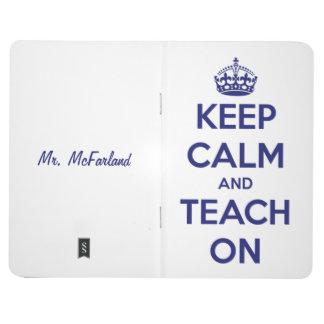 Behalten Sie Ruhe und unterrichten Sie auf blauem Taschennotizbuch