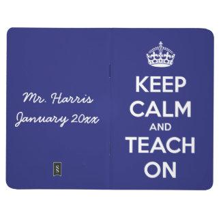 Behalten Sie Ruhe und unterrichten Sie auf blauer Taschennotizbuch