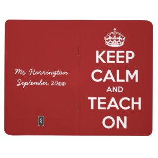 Behalten Sie Ruhe und unterrichten Sie auf roter Taschennotizbuch