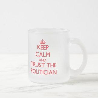 Behalten Sie Ruhe und vertrauen Sie dem Politiker Tassen