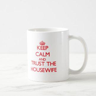 Behalten Sie Ruhe und vertrauen Sie der Hausfrau Kaffee Tassen
