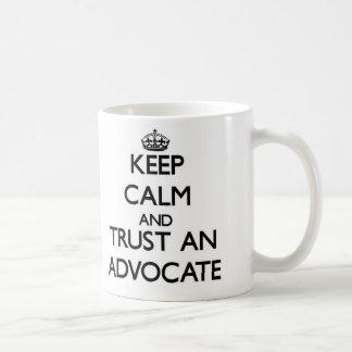 Behalten Sie Ruhe und vertrauen Sie einem Anwalt Tee Tasse
