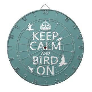 Behalten Sie Ruhe und Vogel an Dartscheibe