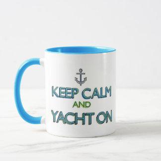 Behalten Sie Ruhe und Yacht an Tasse