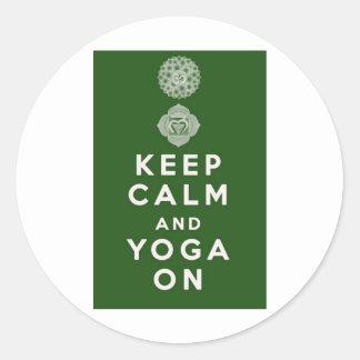 Behalten Sie Ruhe und Yoga an Runder Aufkleber
