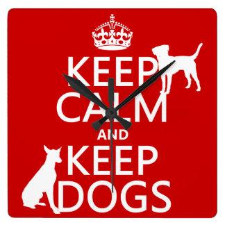 Behalten Sie ruhig und behalten Sie Hunde - alle Quadratische Wanduhr