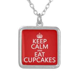 Behalten Sie ruhig und essen Sie kleine Kuchen Versilberte Kette