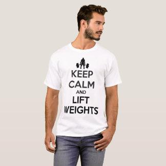 Behalten Sie ruhig und heben Sie T-Shirt