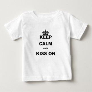 BEHALTEN Sie RUHIG UND KUSS ON.png Baby T-shirt