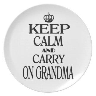 Behalten Sie ruhig und machen Sie Großmutter weite Flacher Teller