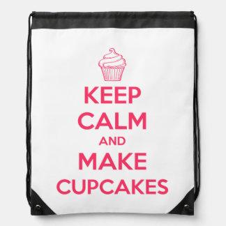 Behalten Sie ruhig und machen Sie kleine Kuchen Turnbeutel