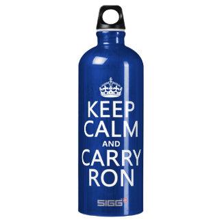 Behalten Sie ruhig und tragen Sie Ron (irgendeine Wasserflasche