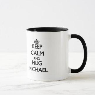Behalten Sie ruhig und Umarmung Michael Tasse