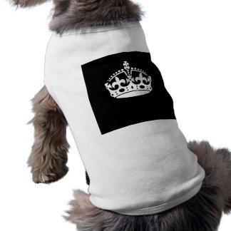 Behalten Sie ruhige Krone auf festem Schwarzem Shirt