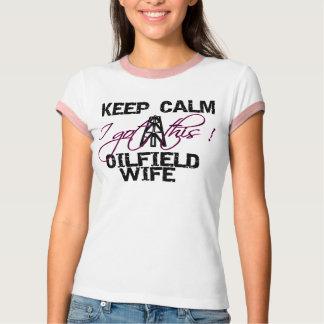 Behalten Sie ruhige Ölfeld-Ehefrau T-Shirt