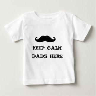 behalten Sie ruhige Vatis hier Baby T-shirt