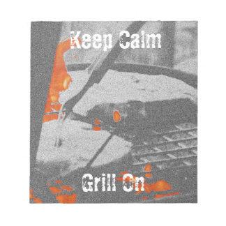Behalten Sie ruhigen Grill an Notizblock