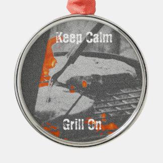 Behalten Sie ruhigen Grill an Rundes Silberfarbenes Ornament