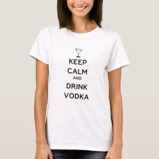 Behalten Sie ruhiger und Getränk-Wodka T-Shirt