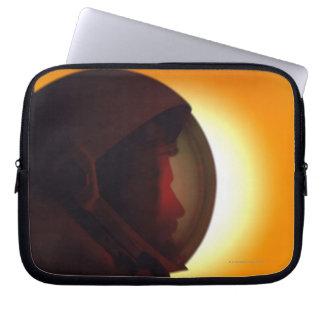 Behelmter Astronaut gegen den Sun Laptop Computer Schutzhülle