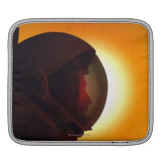 Behelmter Astronaut gegen den Sun Sleeve Für iPads