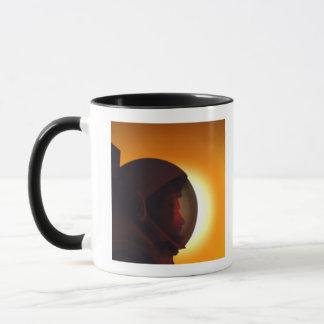 Behelmter Astronaut gegen den Sun Tasse