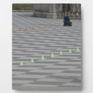 Beine des Typ auf Inline-Skaten. Inline-Skater Fotoplatte
