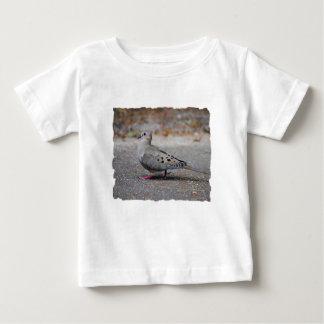Beklagentaube, die einen Spaziergang macht Baby T-shirt