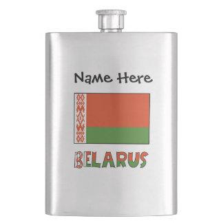 Belarussische Flagge und Weißrussland mit Namen Flachmann