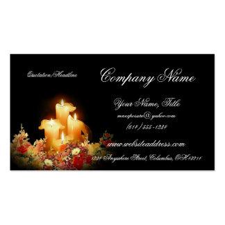 Beleuchtete Kerzen mit Blumenstrauß-Visitenkarten