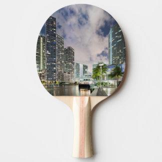 Belichtete Türme in der Miami-Fluss-Ufergegend Tischtennis Schläger