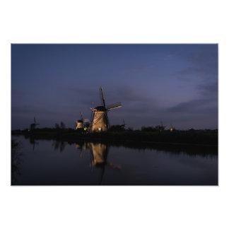 Belichtete Windmühle an der blauen Stunde Fotodruck