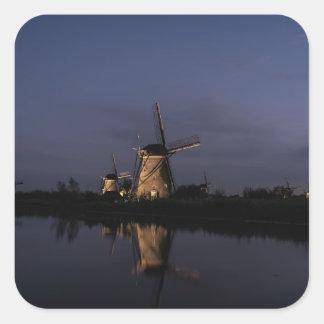 Belichtete Windmühle an der blauen Stunde Quadratischer Aufkleber