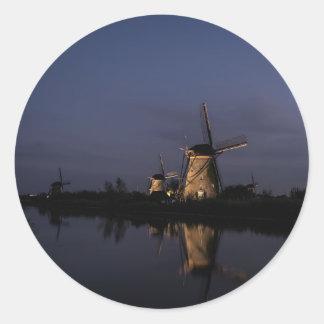 Belichtete Windmühle an der blauen Stunde Runder Aufkleber
