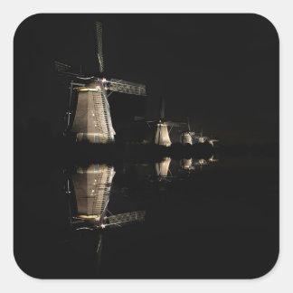 Belichtete Windmühlen am Nachtaufkleber Quadratischer Aufkleber