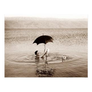 Bemannen Sie Lesung unter Regenschirm im Toten Postkarten