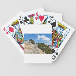 Bench auf felsigem Berg mit Bäumen und blauem Bicycle Spielkarten