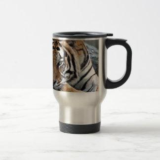 Bengalischer Tiger im Gras Reisebecher