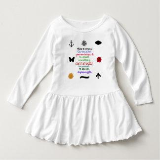 Bereiten Sie vor, um Kleinkindrüschekleid zu Kleid