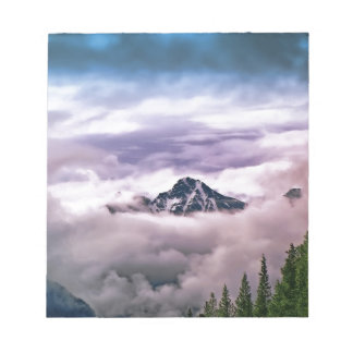 Berg und Wolken. Schöne Naturlandschaft Notizblock